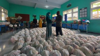 Ciamis Junior High School Students Distribute Food Packages for Orphans